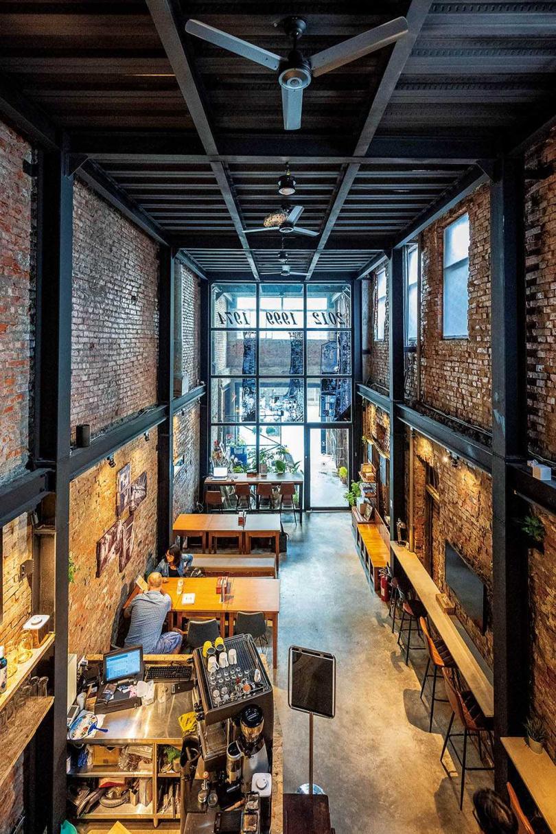 來到「廢墟Bar」,沿著窄樓梯至二樓,能以寬闊視角欣賞店內挑高的全景。(圖/焦正德攝)