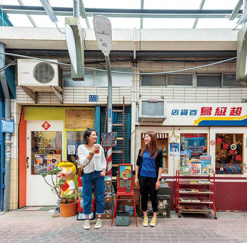 緊鄰在側的「霓虹叢林」與「超級鳥百貨店」,位在鹽埕第一公有市場中心點,格外顯眼。(圖/焦正德攝)