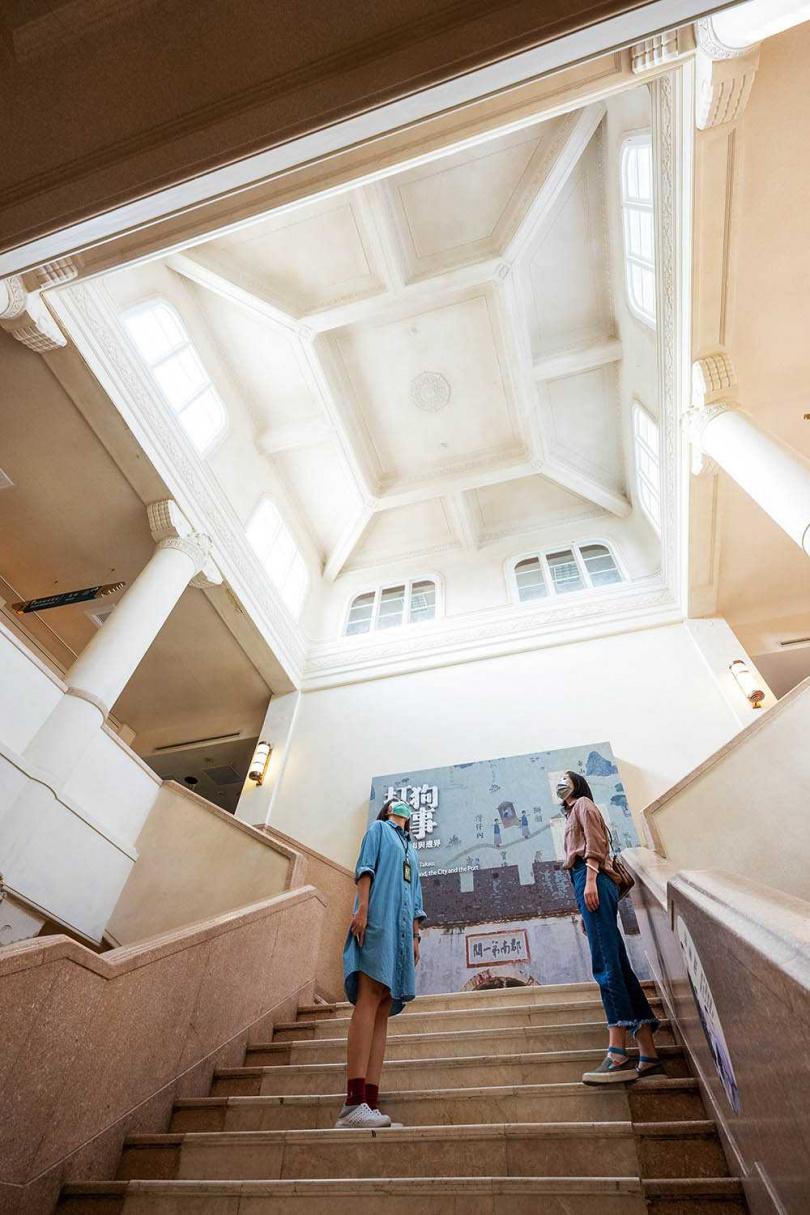 「高雄市立博物館」外觀的淺綠色高字造型與日本神社式屋頂,富有歷史況味。(圖/焦正德攝)