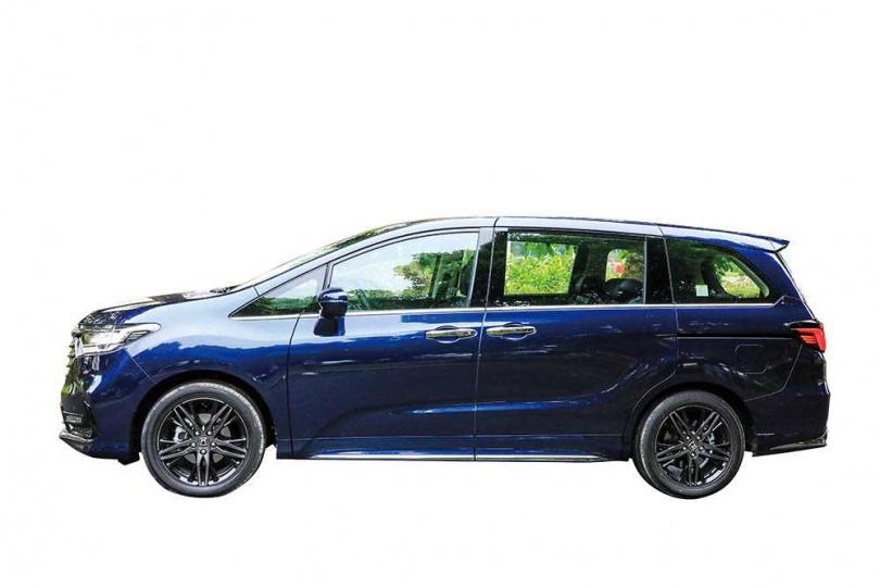 車側設計沒有大幅更動,電動滑門全開時,長輩或體型壯碩者進出車室都相當容易。(圖/馬景平攝)