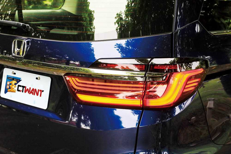 尾燈組採LED導光條設計,並搭載動態序列式方向燈,讓後車清楚行車動向。(圖/馬景平攝)