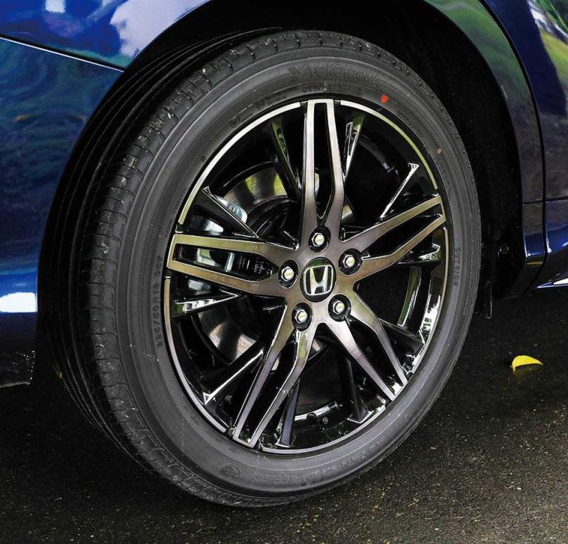 鑑於以往ODYSSEY車室噪音較大,此次改款不僅導入雙層玻璃,輪圈(圖)也採用HONDA獨家的聲學共振減噪技術。(圖/馬景平攝)