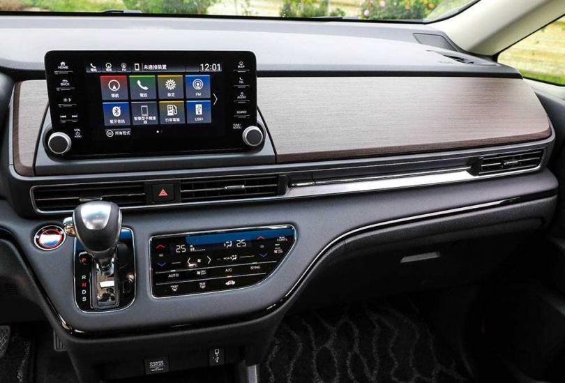 副駕駛座前方的類黑檀木飾版,除了提升車室美感,下方還設計了隱藏空間及USB充電孔。(圖/馬景平攝)
