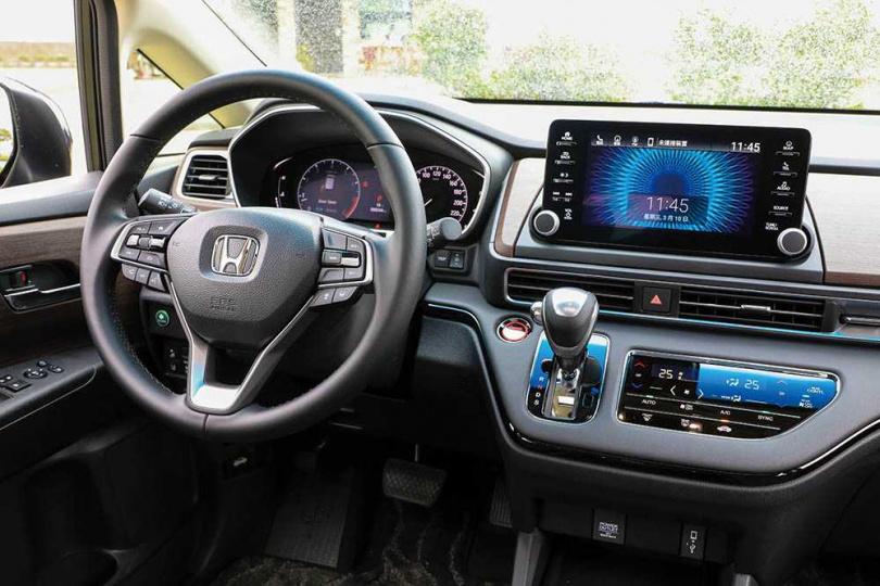 中控台加入不少主流配備,包括7吋數位儀表板與8吋懸浮式螢幕等。(圖/馬景平攝)