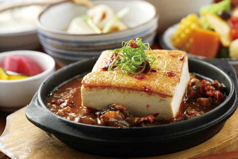 「麻婆牛筋」用牛筋替代絞肉,並將板豆腐煎至外酥內軟,還能依客人喜好客製辣度。(199元)(圖/于魯光攝)