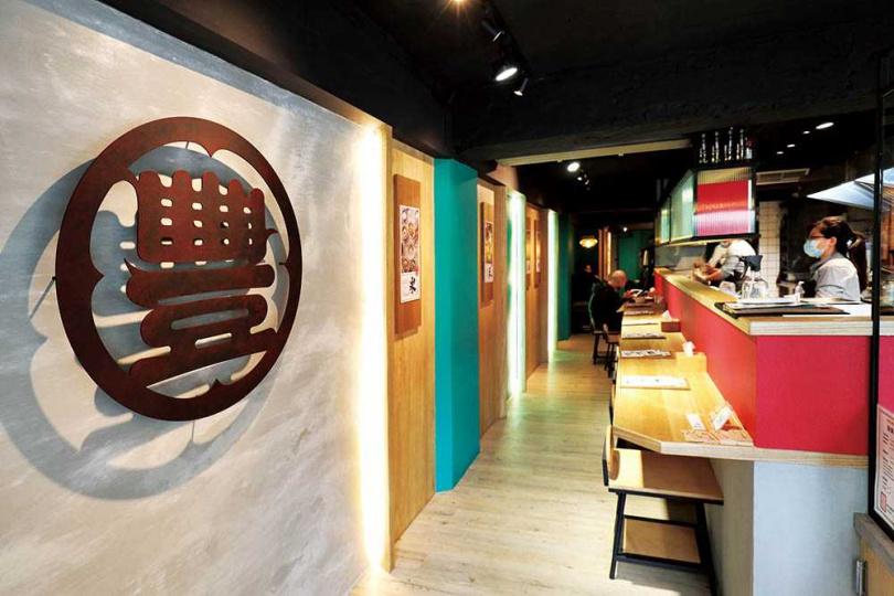 店裝以紅、綠相間的吧台與鐵件,打造年輕風格。(圖/于魯光攝)