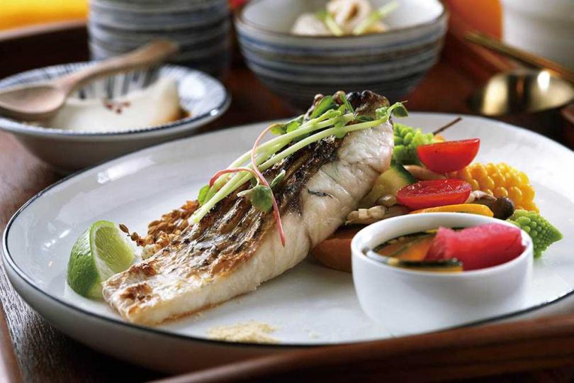 「鮮味海魚」通常選用鱸魚、午仔魚等肉質細嫩的海魚,以煎、烤方式烹調,清爽且保有油脂。(229元)(圖/于魯光攝)