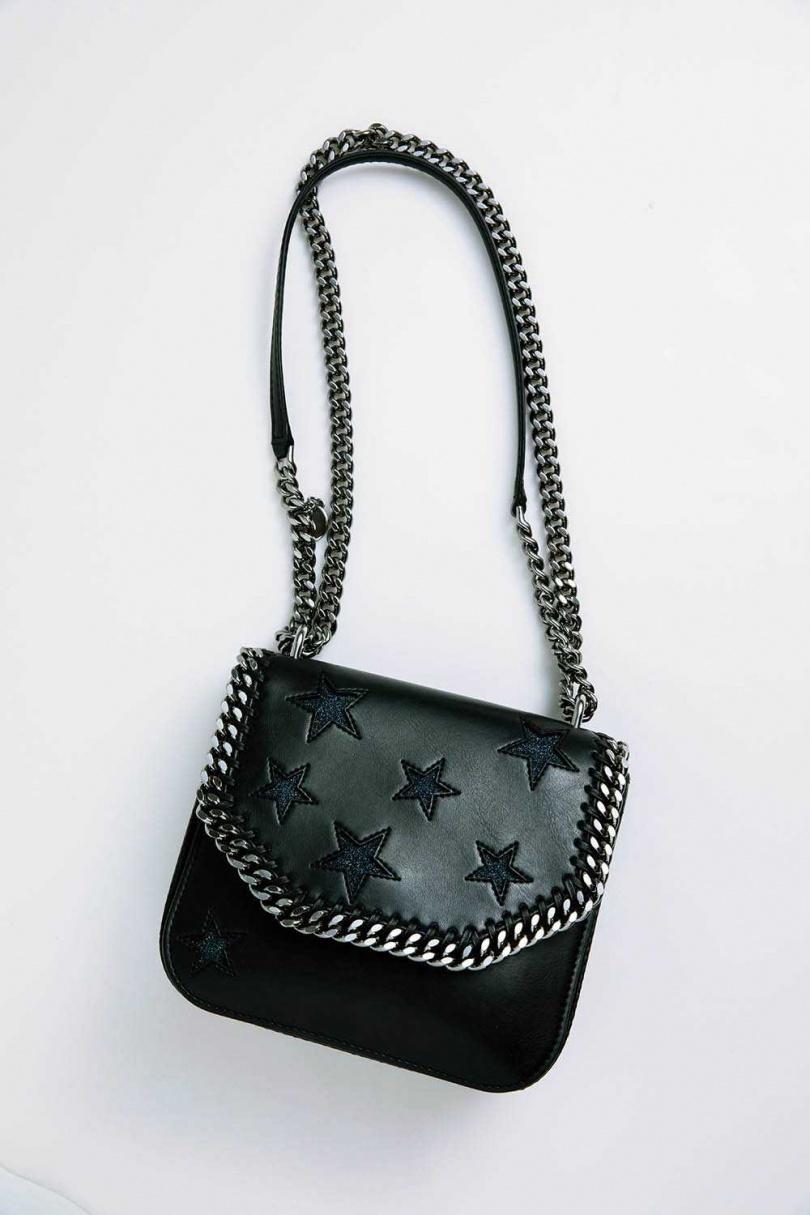Stella McCartney 手袋/30,000元(英國網站購入)。來自綠色時尚設計師品牌Stella McCartney的手袋,完全不使用動物皮革、毛皮,也非常好搭配。陳芳語買禮物送朋友時,都會特別挑這個品牌。(圖/莊立人攝)