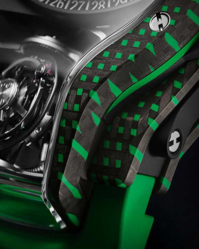 HUBLOT「MP-09」雙軸陀飛輪3D彩色碳纖維腕錶,錶殼特別做成傾斜式設計,以結構複雜的立體三面藍寶石鏡面,將陀飛輪展示於6點鐘位置的大型開放視窗。(圖╱HUBLOT提供)