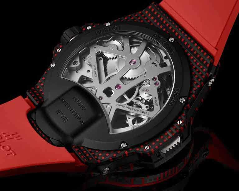 HUBLOT「MP-09」雙軸陀飛輪3D彩色碳纖維腕錶,錶殼中層與底蓋是鈦金屬材質,鏡面採用雙層防眩光的藍寶石打造而成。(圖╱HUBLOT提供)