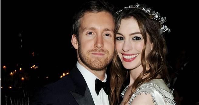 安海瑟薇(右)與老公亞當蘇曼於2012年結婚。(圖/翻攝自網路)