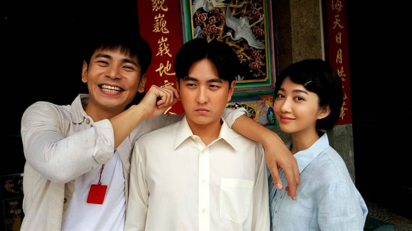 黃靖倫(中)與楊子儀(左)、王晴演三兄妹。(圖/三立提供)