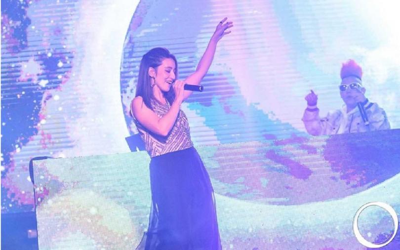Lara(右)受DJ麵麵之邀,首度到夜店開唱。(圖/OMNI 提供)