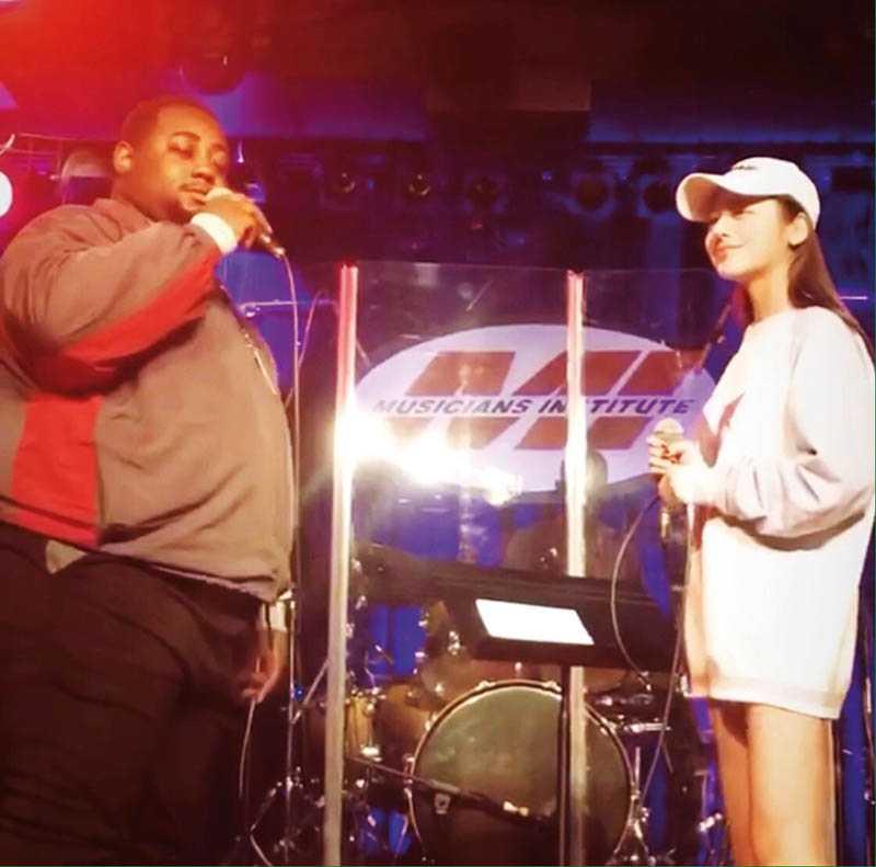 王笑雪在洛杉磯讀書時,常在學校安排下表演唱歌,以鍛鍊膽量。(圖/聚星文創提供)