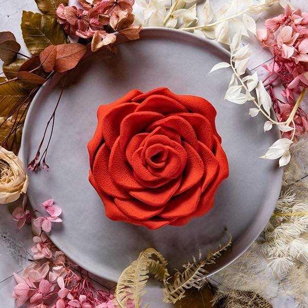 02圖說:「玫你不可」玫瑰花瓣造型蛋糕。(圖/BLACK As Chocolate提供)
