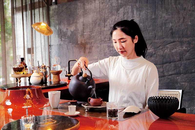 琥泊特別設有侍茶師為客人沖茶,並有賞茶乾、聞茶香等程序。(圖/于魯光)