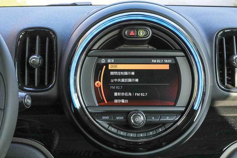 受限於MINI的設計,中控觸控螢幕只有6.5吋。(圖/馬景平攝)