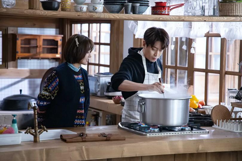 Eric(右)說自己最近的拿手菜是韓式「泡菜鍋」。(圖/friDay影音提供)