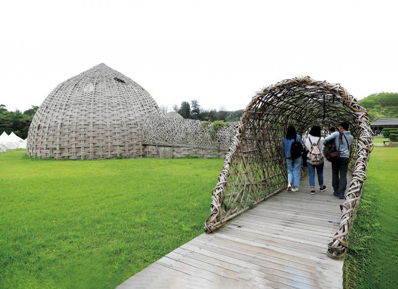 木棧道通往大草原上的2座竹穹,是連接「山那村」與「好夢里」的途徑。(圖/于魯光攝)
