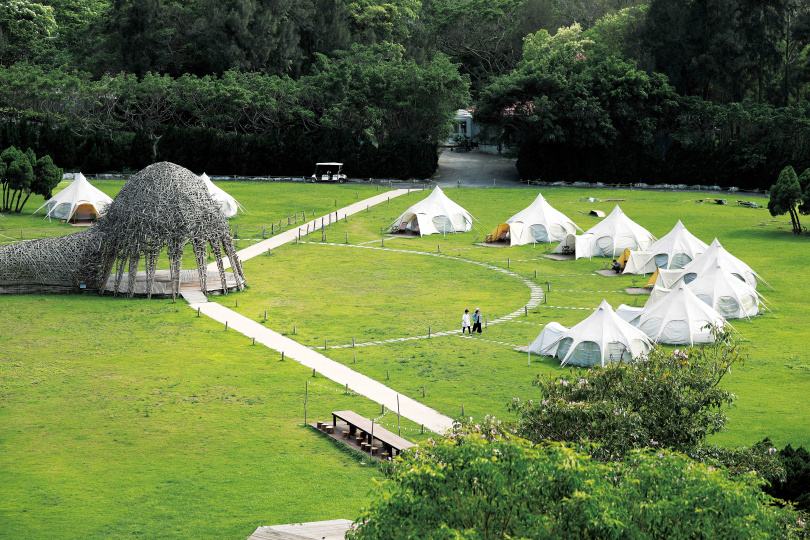 「山那村」的15頂白色帳篷,以半圓形方式環繞著《情天幕》。(圖/于魯光攝)