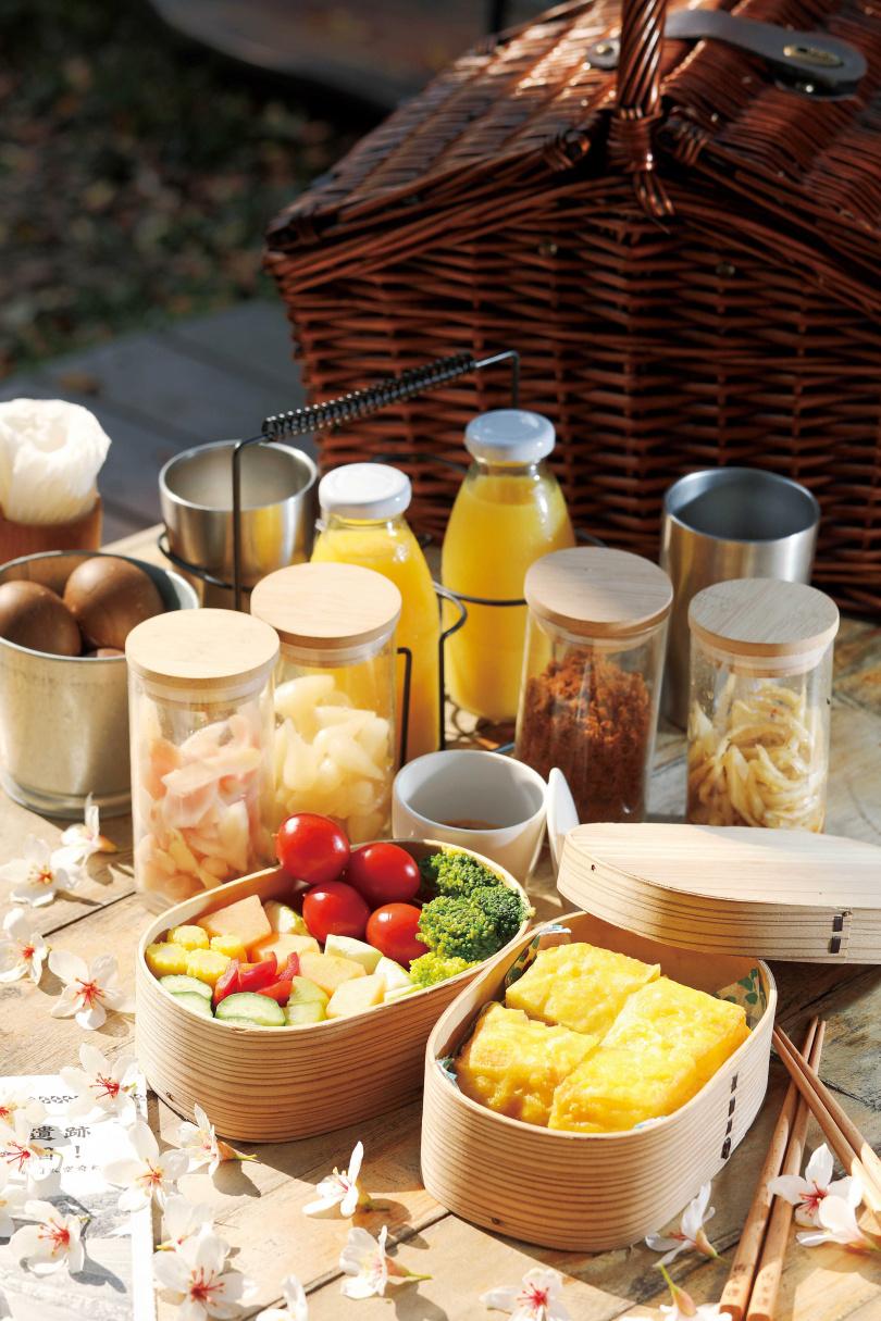 將備好的早餐盒放入野餐籃中,便可爬上樹屋品嘗。下圖中的樹屋經「燒杉」(烈火焚燒至碳化)處理,可防潮防蛀、經久耐用。(圖/于魯光攝)