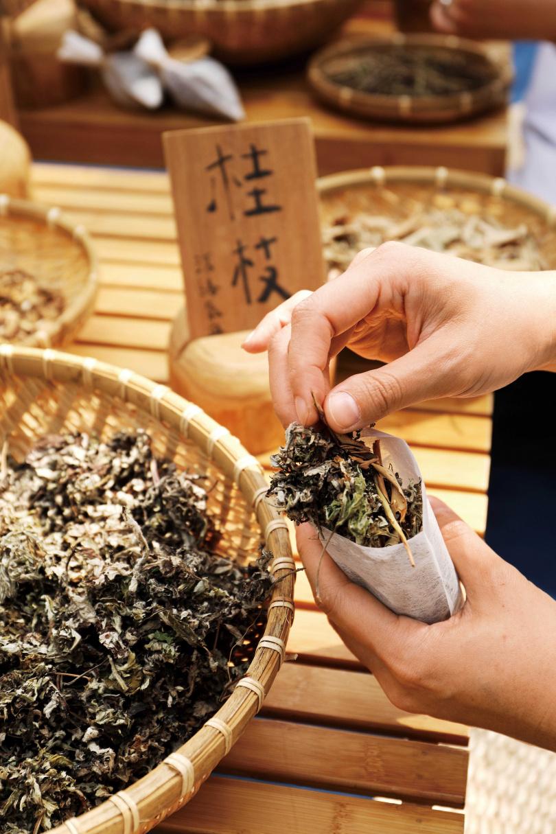 認識常見的青草後,親手製作一個飽實的藥草包,體驗應用青草的趣味。(圖/于魯光攝)