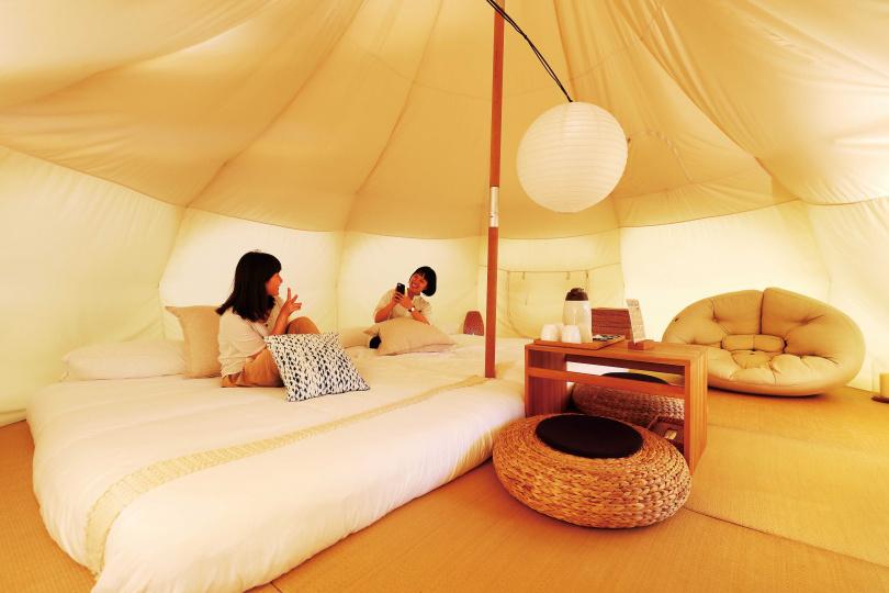 「好夢里」帳篷內以竹、木製家具與榻榻米布置,有6種不同的裝飾風格。(圖/于魯光攝)