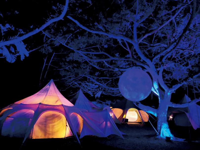 以吊掛月球裝飾的「好夢里」,在夜裡更添奇幻氛圍。(圖/官其蓁攝)