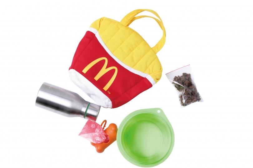 Dora平日外出攜帶的用品,大多與豆豆相關,如水碗、飼料、集便袋等,顯見對豆豆的寵愛。(圖/彭子桓攝)