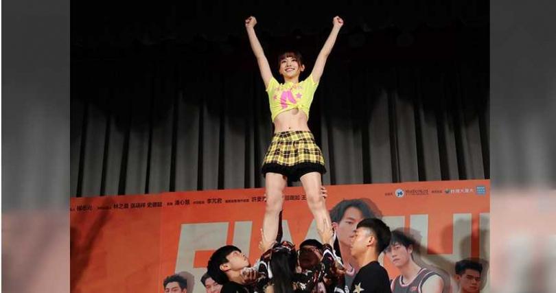 蔡瑞雪第一次挑戰跳競技啦啦隊,主動要求教練加練「拋擲」動作。(圖/七十六号原子提供)