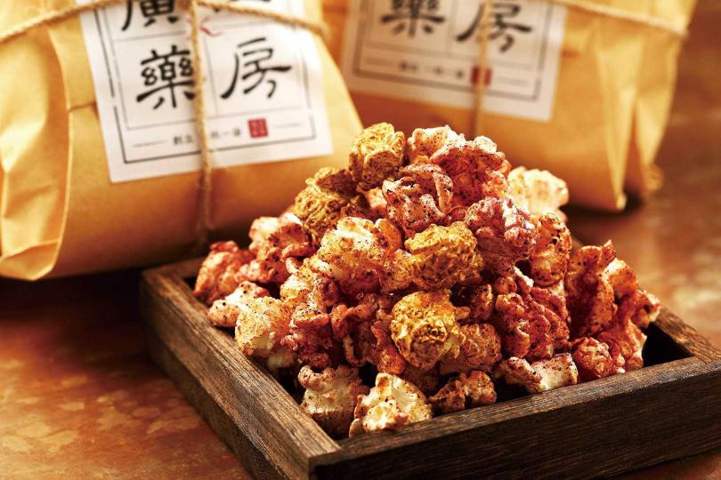 一甜一鹹的漢方爆米花,包括酸甜甘潤的「洛花仙子」與辛香順口的「十三道孜味」。(各80元)(圖/于魯光攝)