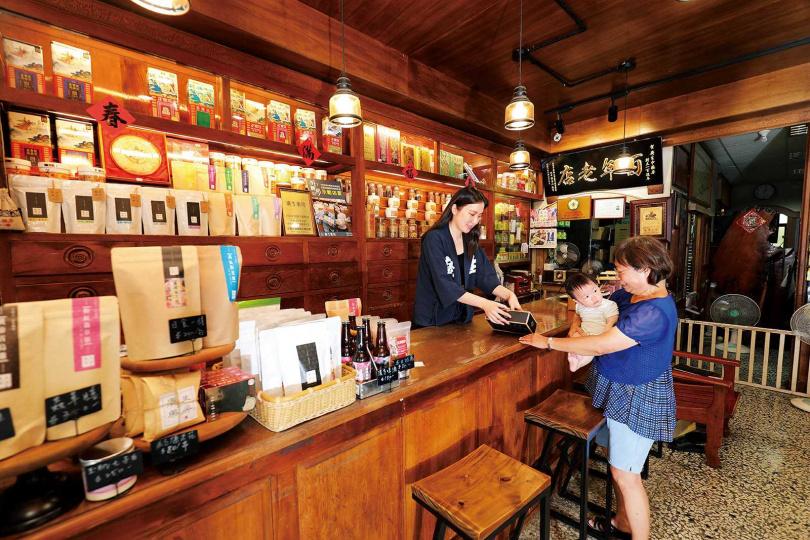 「廣生藥房」雖是百年老店,仍不斷致力於開發創新商品。(圖/于魯光攝)