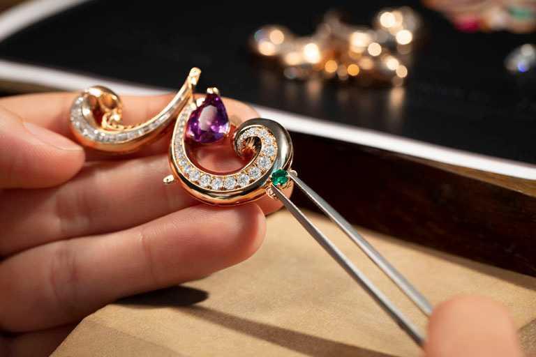 BVLGARI「BAROCKO系列」頂級珠寶,由珠寶創意總監Lucia Silvestri在全球發掘稀有寶石,再交給寶格麗羅馬珠寶工坊鍛造,製作過程繁複細緻。(圖╱BVLGARI提供)