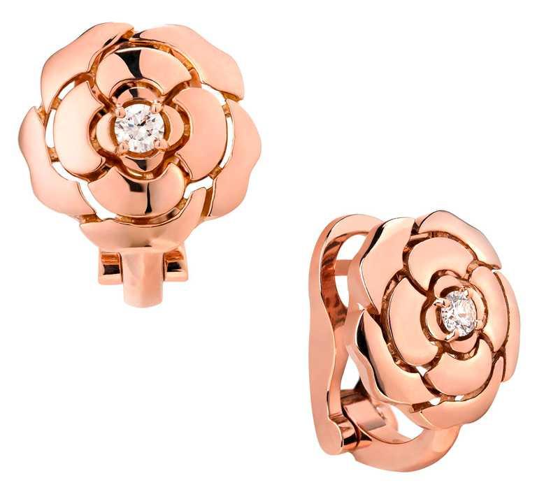 CHANEL「Bouton de Camélia」18K粉紅金鑽石耳環╱152,000元。(圖╱CHANEL提供)