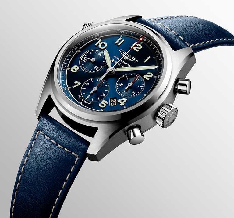 LONGINES「Spirit先行者」系列計時碼錶,不鏽鋼錶殼、藍色皮革錶帶,藍色太陽紋錶盤,L688.4型導柱輪計時碼錶機芯,42mm╱100,300元。(圖╱LONGINES提供)