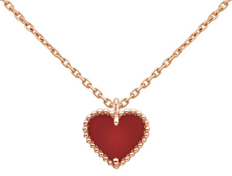Van Cleef & Arpels「Sweet Alhambra」系列,玫瑰金紅玉髓心形吊墜╱47,000元。(圖╱Van Cleef & Arpels提供)
