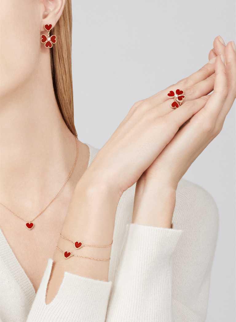 Van Cleef & Arpels「Sweet Alhambra」系列作品,以象徵愛情色澤的紅玉髓,嶄新演繹四葉幸運草圖騰。(圖╱Van Cleef & Arpels提供)