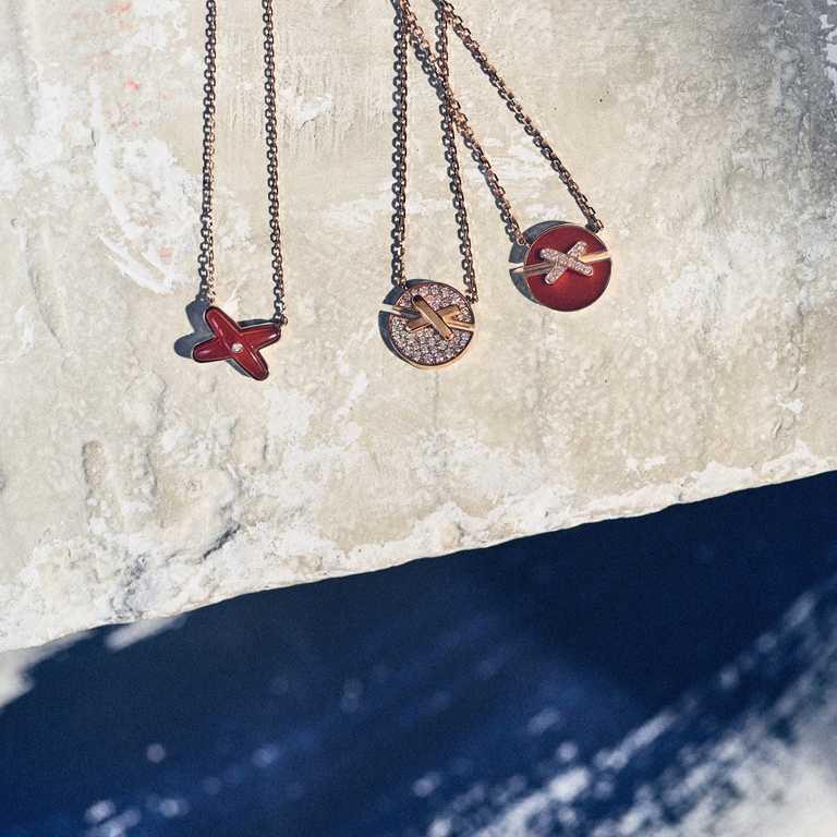 (左)CHAUMET「Jeux de Liens」系列,玫瑰金紅玉髓鑽石吊墜╱50,900元;(右)CHAUMET「Jeux de Liens Harmony」系列,玫瑰金紅玉髓鑽石吊墜╱63,600元。(圖╱CHAUMET提供)