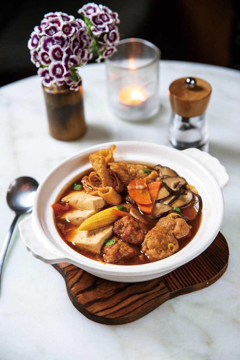 「砂鍋紅燒獅子頭」自製豆腐獅子頭,襯著大量當季食蔬。(220元)(圖/宋岱融攝)