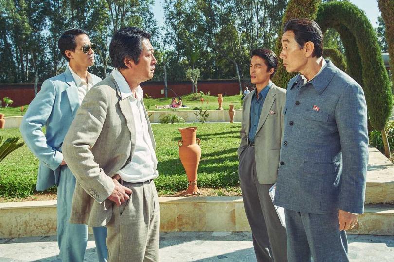 金倫奭(左前)和許峻豪(右前)分別飾演南、北韓大使,和兩位大前輩合作讓趙寅成有種再次成為忙內(老么)的感覺。(圖/車庫娛樂提供)