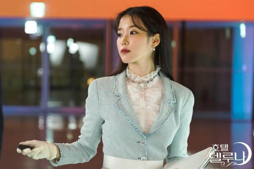 淡雅Baby Blue的花呢外套搭配法式領罩衫很有千金小姐風/《德魯納酒店》官方劇照