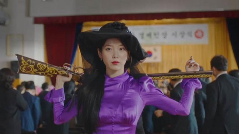 IU在新戲《德魯納酒店》中既華麗又霸氣的造型十分亮眼!/翻攝自《德魯納酒店》