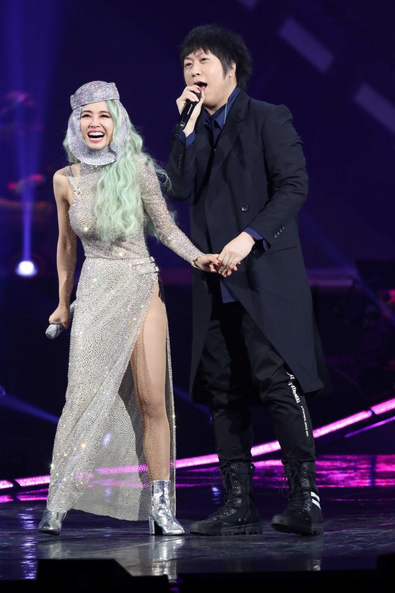 阿信(右) 和Jolin合唱〈愛情的模樣〉時,兩人互看對方並牽起手,將現場氣氛炒到高潮。(攝影/焦正德)