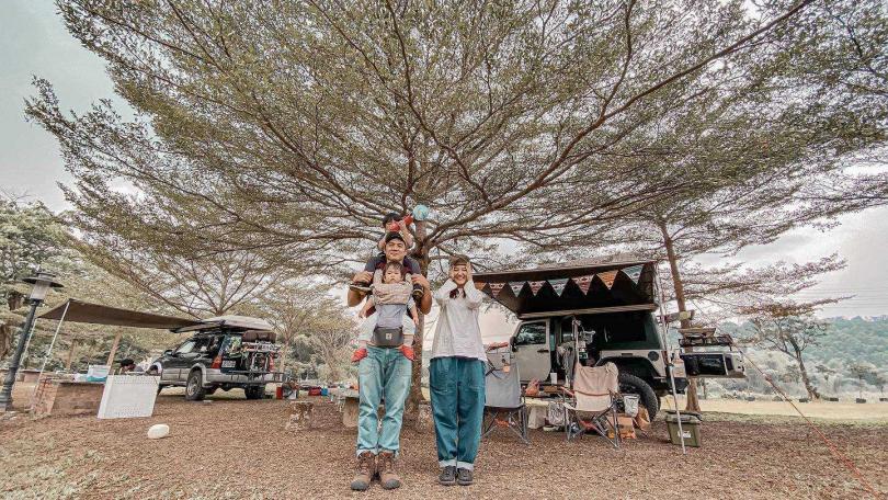 竇智孔(左中)與老婆幃幃一家四口幸福常到野外露營。(圖/故事工廠)