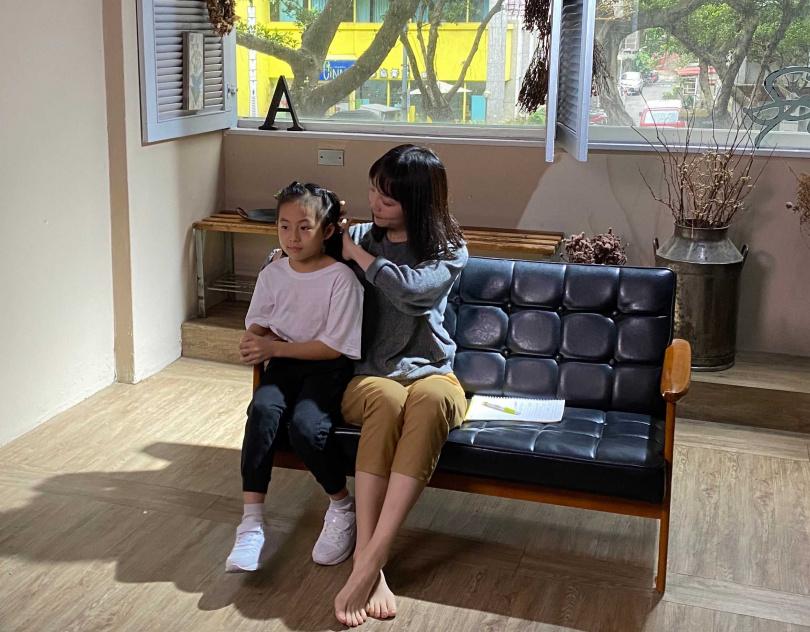 再度找來8歲女兒(左)客串MV,王宥忻沒料到女兒堅持不對著別人喊「媽媽」。(圖/艾迪昇傳播提供)