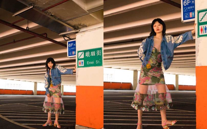 FENDI Multicolor Mesh Dress 洋裝/約98,000元、Multicolor Cotton Sandals 跟鞋/約25,400元、Pico Baguette Charm 迷你包/約22,400元;sandro 刺繡設計牛仔夾克/18,320元(圖/戴世平 攝)
