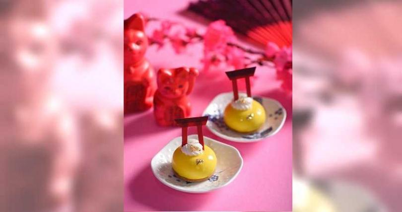 以日式柚子為主角,搭配日本靜岡縣柚子汁與黃檸檬果泥打造酸甜清爽的「柚香檸檬慕斯」,上頭還有紅色的鳥居裝飾,十分精緻。(圖片提供/台北W飯店、Wedgwood)
