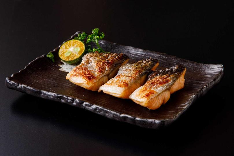 焱烤鮭魚尾。(圖/北海道えびそば一幻 × 胡同居酒屋提供)