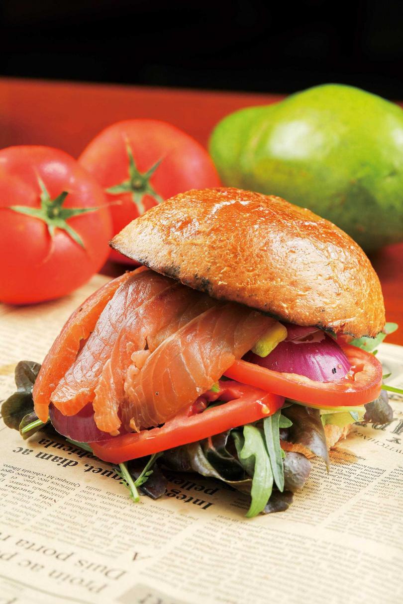 「自家煙燻鮭魚紫芋漢堡」轉化經典菜煙燻鮭魚為內餡,燻香風味豐腴迷人。(420元)(圖/林士傑攝)