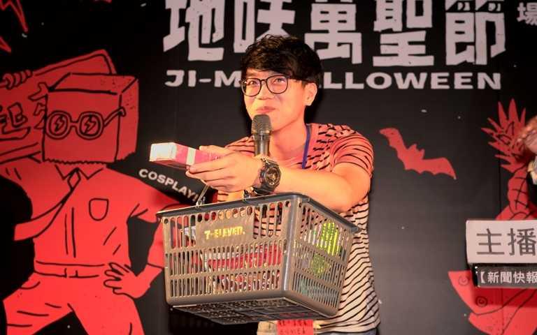 在便利商店結帳時拿零食遮住保險套的害羞男大生(圖/台灣地味萬聖節)